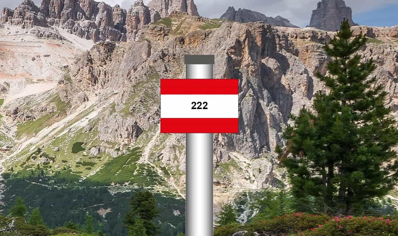 rot-weiß-rot gestreiftes Schild mit Bergen im Hintergrund
