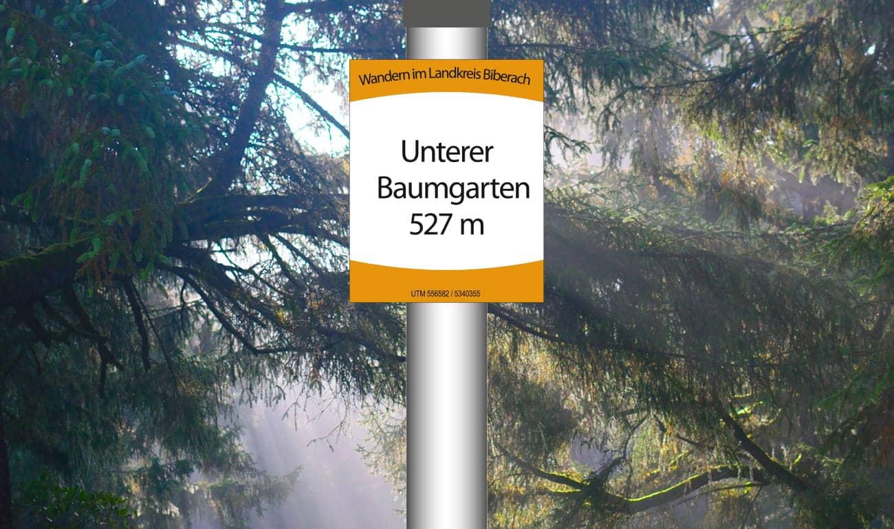 Standortplakette System Oberschwaben mit Baum und Wiese im Hintergrund