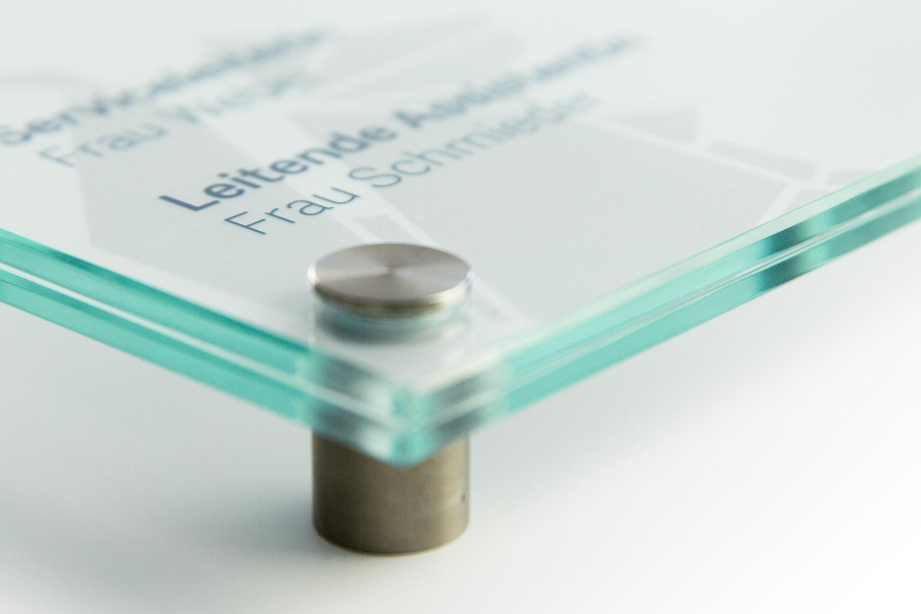gläsernes Türschild - Detailaufnahme Abstandshalter