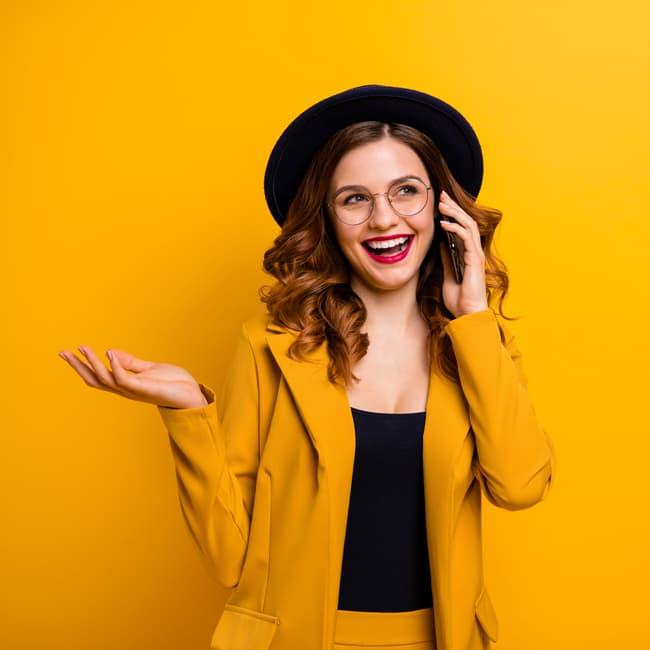 telefonierende Frau mit Hut