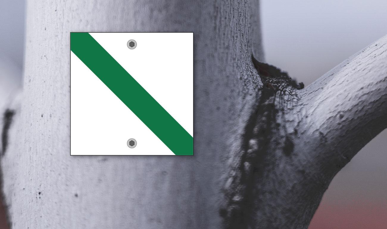 Wegemarke mit grünem Diagonalstrich