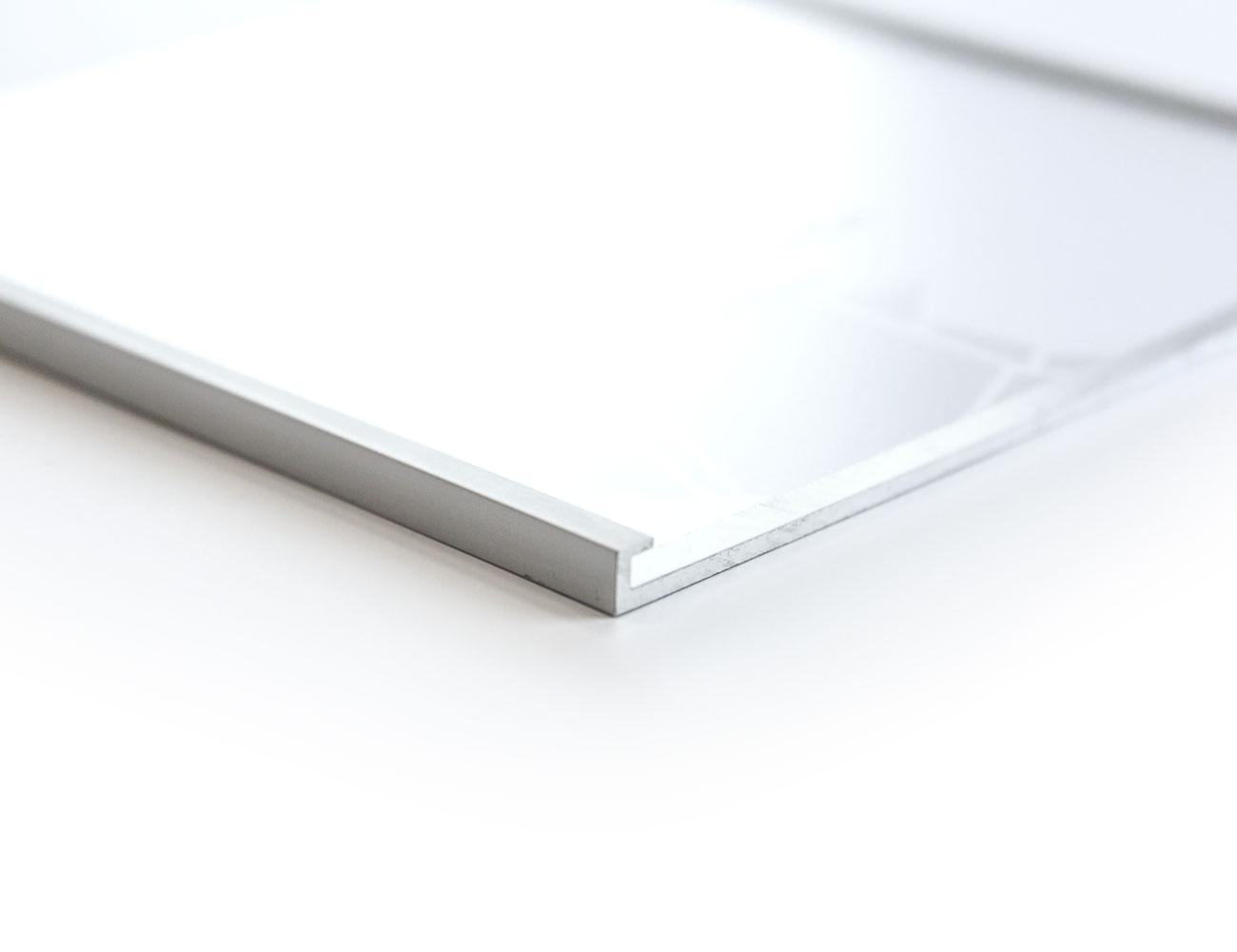 silberner Rahmen vor weißem Hintergrund