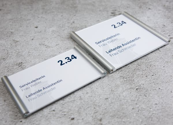 Türschild SIENNA 200 in 2 verschiedenen Formaten auf Betonhintergrund